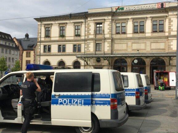 Mittlerweile stehen vier Mannschaftswagen auf dem Bahnhofsvorplatz.