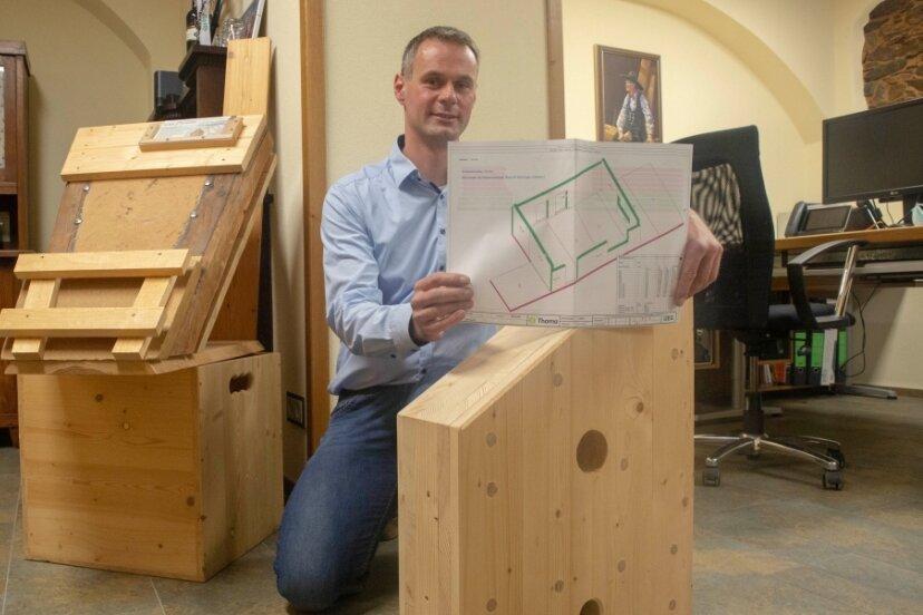 """Ralf Kretschmar gründete 2003 sein Holzbauunternehmen. Nun wurde er von der Handwerkskammer Chemnitz ausgezeichnet. Holz und Naturschutz spielen bei ihm aber auch über die Grenzen der Region hinaus eine wichtige Rolle. """"Global denken, regional handeln"""", lautet sein Motto."""