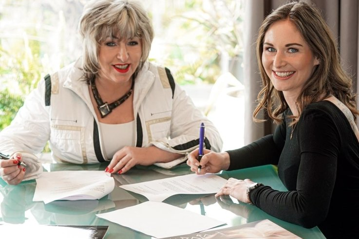 Julia Taubitz und Viola Schneider-Miska unterzeichnen die Kooperationsvereinbarung.