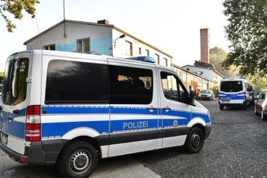Mit mehreren Einsatzwagen war die Thüringer Polizei am Mittwochvormittag auf einem Firmengelände in Mehltheuer im Einsatz.