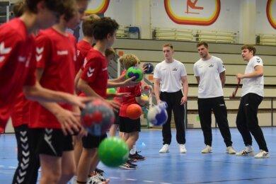 Schaffen sie die Wende im Chemnitzer Männerhandball? Die jungen Trainer Benjamin Schumann, Paul Gugisch und Nicolas Gruber (von links) wollen mit ihrer D-Jugend-Mannschaft des neu gegründeten HC Buteo Chemnitz den Grundstein für Erfolge in ein paar Jahren legen.