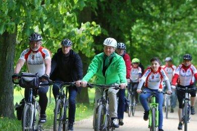 Für Bürgermeister Bernd Pohlers (links), der 2018 mit Ministerpräsident Michael Kretschmer beim Radlerfrühling unterwegs war, gestaltet sich die Vorbereitung der Großveranstaltungen schwierig.