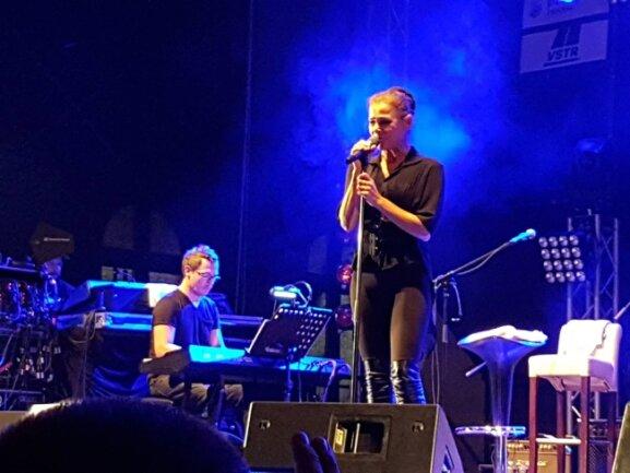 Julia Neigel spielte auf dem Zwickauer Stadtfest unplugged.