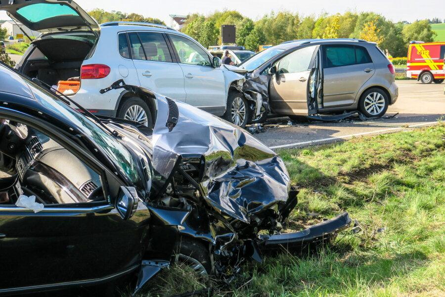 Unfall mit drei Verletzten auf Autobahnzubringer