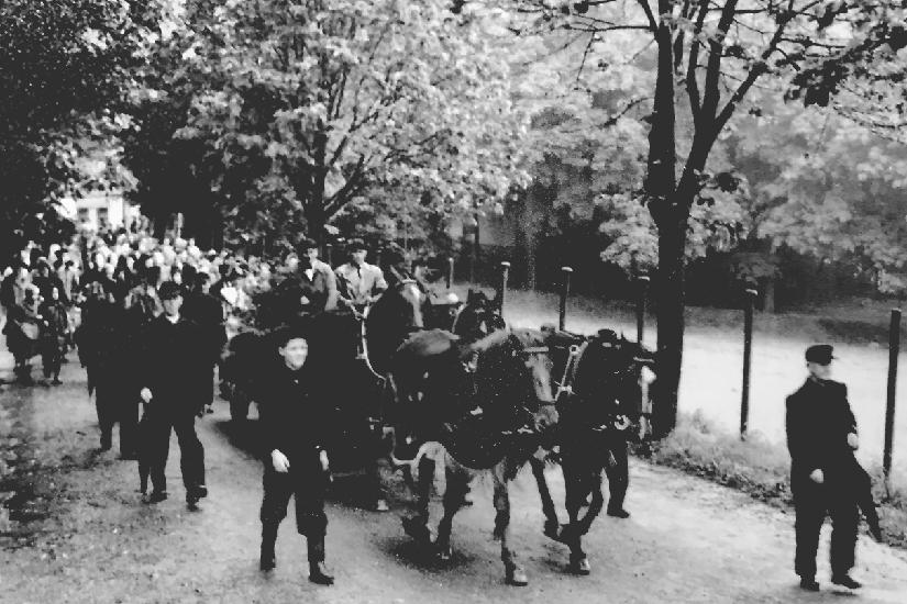 In DDR-Zeiten ein ungewöhnlicher Aufzug für einen verstorbenen Adligen: Hans Erik von Trützschlers Beerdigung im Juli 1956. Dem letzten Baron wird unter anderem nachgesagt, dass er mit Kommunisten sympathisierte, weshalb er auch der rote Baron genannt wurde. Fakt ist: Bei der Bodenreform nach 1945 wurde er nur teilenteignet.