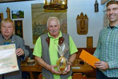 Rolf Dost (Mitte) nahm für den Erzgebirgszweigverein Steinbach den Vereinspreis 2020 des Annaberger Landes entgegen, den Stefan Mielke (links) und Andi Weinhold in die Raststätte Wildbach mitgebracht haben.