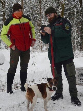 Revierförster Alexander Clauß (l.) und Michael Pfalz von Sachsenforst mit Glatthaar-Foxterrier Django.