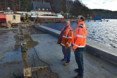 Wo Ralf Schuck (l.) und Bauleiter Maik Rossmann stehen, war vor einem halben Jahr noch Wasser. Beim Umbau des Hafens der Talsperre Kriebstein ist der Uferbereich zur Promenade auf gut sechs Meter verbreitert worden.