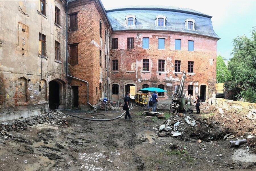 Im Innenhof des Weisbachschen Hauses zum Mühlgraben hin haben Arbeiten zur Sicherung des Gebäudefundaments begonnen.