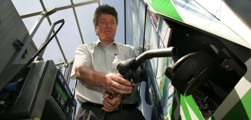 Die Autobus GmbH Sachsen betreibt in ihrer Niederlassung in Pleißa eine eigene Dieseltankstelle. Im Foto: Einsatzleiter Hubert Ackermann beim Betanken. Je nach Bustyp passen 260 bis 400 Liter in den Tank.