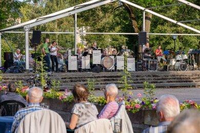 Sicherheitsabstand hatten am Freitag auf der Schlossinsel nicht nur die Musiker untereinander, sondern auch die Zuschauer zur Bühne. Darauf standen die Röthenbacher Blaskapelle und die Straßberger Musikanten.