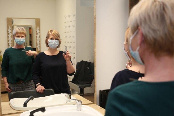 Alles bereit für den Neustart: Carmen Schreier (l.), Inhaberin von Graf Friseure mit Stammsitz in Zwönitz, und ihre Schwester Tina Graf-Richter können ab Montag wieder im Salon zur Schere greifen.