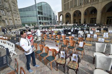 In Chemnitz stellten die Gastronomen leere Stühle auf dem Neumarkt auf.