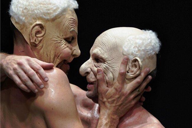 """Zwei Körper im Dialog: Szene aus dem israelischen Tanzstück """"The Third Dance""""."""