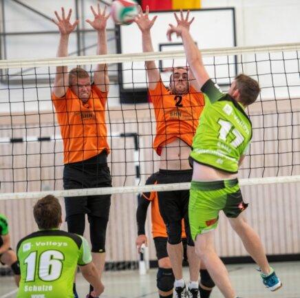 Hoch her ging es im Bezirksliga-Derby der Männer zwischen Union Milkau gegen den Si-Volleys aus Freiberg. Die Milkauer um Jan Müller (l.) und Marvin Götz blockten die Gäste aber am Ende klar mit 3:0 ab.