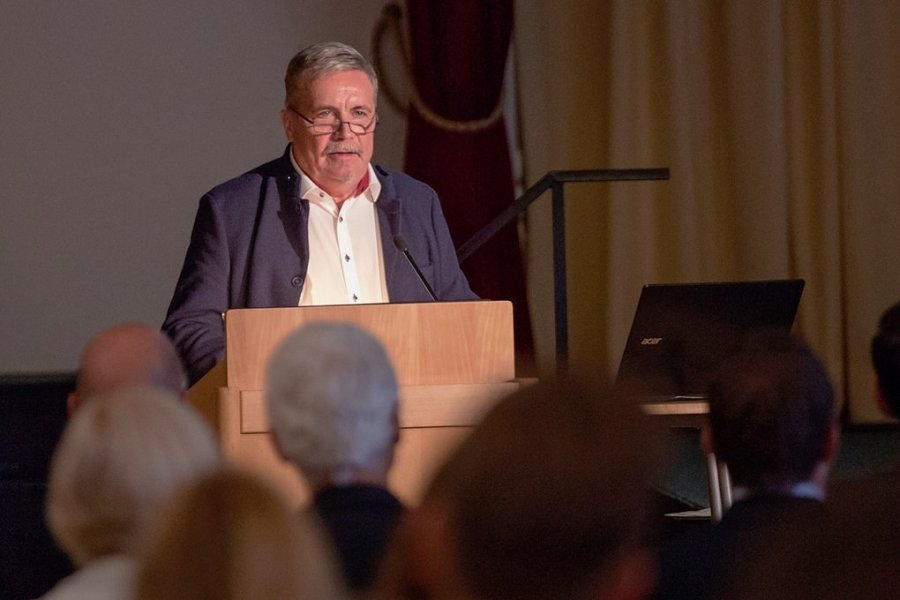 Der Annaberg-Buchholzer Oberbürgermeister Rolf Schmidt hat während eines Unternehmerfrühstücks über Entwicklungen und Ziele der Stadt gesprochen. Dabei spielt der Kampf gegen den Bevölkerungsrückgang eine entscheidende Rolle.