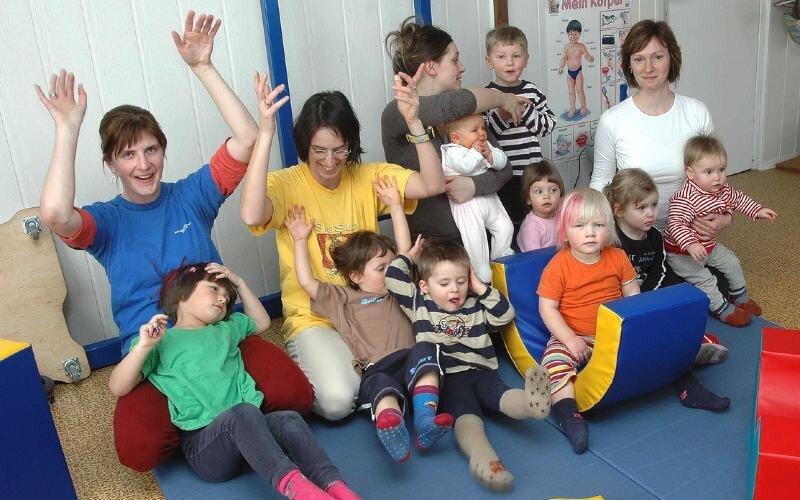 """<p class=""""artikelinhalt"""">Herdis Klarmann, Cordula Reichel, Katrin Fugmann und Ulrike Borges (hinten v. l.) gehören zu den jungen Muttis, die das neue Angebot """"Zwergenturnen"""" zum Sport mit ihren Steppkes gern wahrnehmen. </p>"""