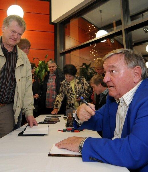 """<p class=""""artikelinhalt"""">Erich von Däniken (r.) signierte am Freitagabend im Kulturforum Frankenberg geduldig seine Bücher und DVD.</p>"""