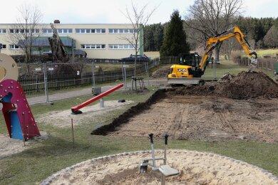 Der Spielplatz unterhalb des Ärztehauses in Schwarzenberg-Heide bietet auf gut 1000 Quadratmetern bald wieder beste Spielmöglichkeiten für Kinder bis 12 Jahren. Für die Zeit des Umbaus ist er allerdings abgesperrt.
