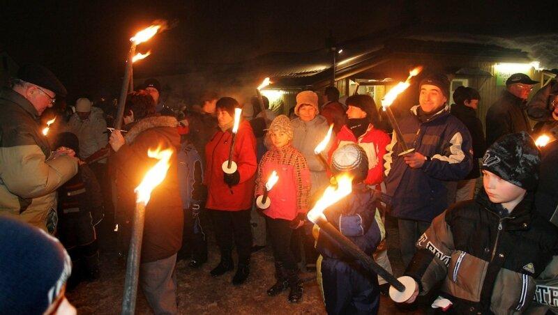 In den Winterferien sind besonders viele Gäste in Johanngeorgenstadt: Etwa 70 nahmen in dieser Woche an einer Fackelwanderung teil.