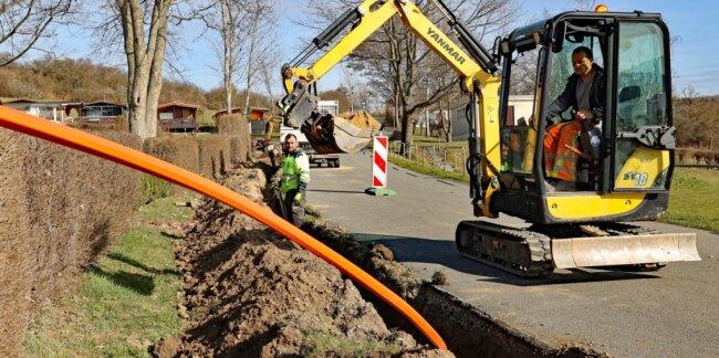 Derzeit verlegt eine von der Telekom beauftragte Firma auf der Pöhler Schlosshalbinsel Glasfaserkabel für schnelles Internet.