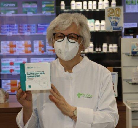 Die FFP2-Masken - auf dem Foto Pharmazieingenieurin Bärbel Eibisch aus der Flora-Apotheke in Werdau - bieten dem Nutzer selbst und andere Schutz und werden deshalb besonders empfohlen.