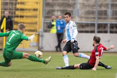 Stefan Lex mit dem ersten Treffer für den TSV 1860 München. Jakub Jakubov und Niklas Hoheneder können nur zusehen.