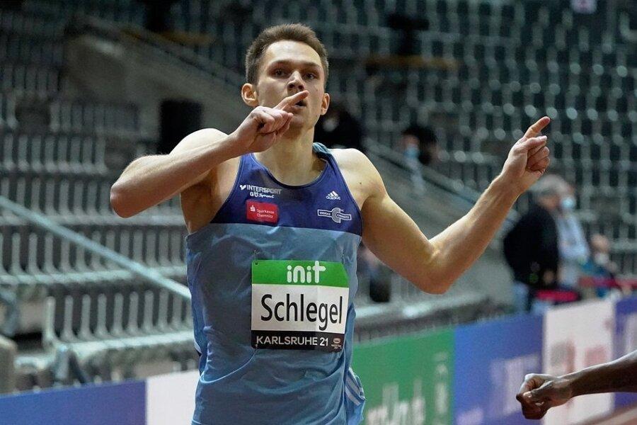 Marvin Schlegel läuft beim Hallenmeeting in Karlsruhe jubelnd ins Ziel.