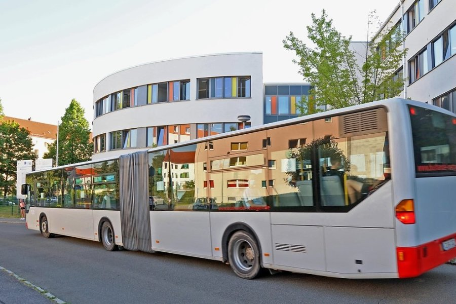 Ein Schulbus am Gymnasium am Sandberg. In Spitzenzeiten werden Gelenkbusse eingesetzt. Kleinere Busse, die häufig als normale Linienbusse fahren, sind gelegentlich überfüllt.