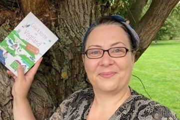 """Manja Reinhardt mit ihrem Buch """"80 Orte im Vogtland, die glücklich machen""""."""