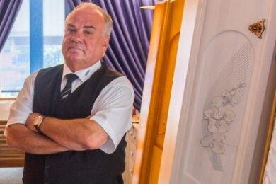 Bestatter Bodo Seidel aus Oelsnitz muss sich öfters auch um sehr dicke Sterbefälle kümmern. Manchmal vermisste er Hilfe anderer.