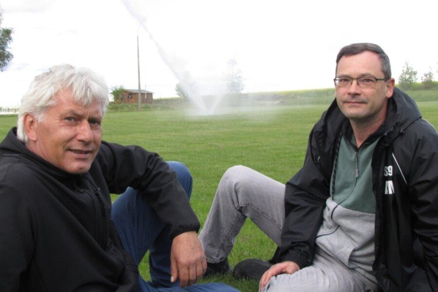 Mike Leye (l.) und Andreas Mehnert freuen sich mit dem gesamten Fußballclub über das sanierte Spielfeld mit der Bewässerungsanlage.