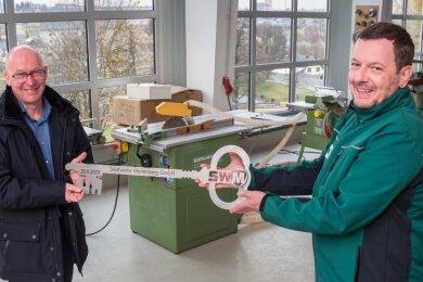 In der Werkstatt des neuen Servicestützpunktes nahm Vorarbeiter Mirko Rielemann (r.) von Mike Kirsch bei der Übergabe des Gebäudes den symbolischen Schlüssel entgegen.