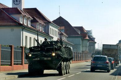 US-Radpanzer sind am Montagvormittag durch Frankenberg gefahren. Die Truppen haben auf dem Weg nach Polen Station in der Wettiner-Kaserne gemacht und wurden hier von der Bundeswehr logistisch unterstützt.