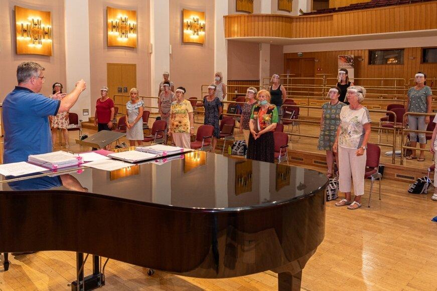 Probe mit Abstand und Gesichtsschutz: Der Frauenchor Reichenbach studiert unter Coronabedingungen unter Leitung von Nico Nebe im Großen Saal des Neuberinhauses das Programm für die Weihnachtskonzerte ein.