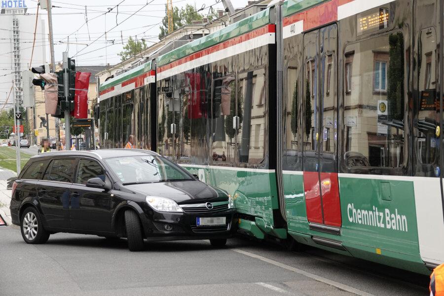 Opel kollidiert mit Straßenbahn