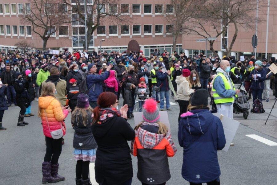 Mehrere hundert Menschen haben am Dienstagabend vor dem Landratsamt in Annaberg-Buchholz demonstriert.