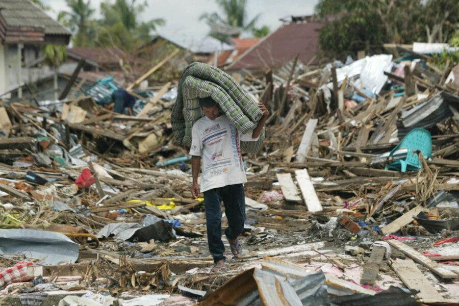 Denen, die die Tsunamis überlebten, blieben meist nur die Trümmer ihrer Häuser.