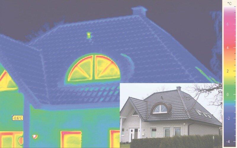 """<p class=""""artikelinhalt"""">Das kleine Foto zeigt einen Neubau von außen. Die Thermografie dazu erscheint in satten Blautönen. Der Blauton signalisiert Kälte: Hier geht offenbar keine Wärme über die Dachfläche verloren. Das Dach scheint gut gedämmt und luftdicht. Die roten Streifen im Fenster der Gaube sind harmlos. Es handelt sich dabei um übliche, aber erkennbare Wärmebrücken durch die Sprossen im Zwischenraum zwischen den beiden Scheiben der Wärmeschutzverglasung. Auch die Alu-Abstandshalter im Randbereich (für den richtigen Abstand und Verbund der Scheiben) zeichnen sich als systembedingte Wärmebrücken ab. </p>"""