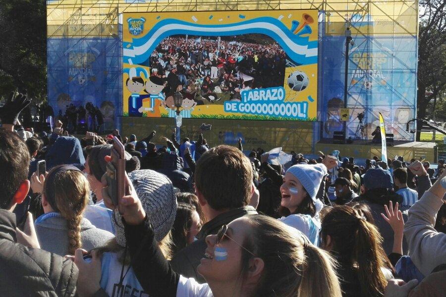 Fans auf der Plaza San Martin.