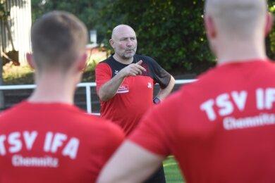 Jens Heinrich, in Fußballerkreisen ist er bekannt unter seinem Spitznamen Bodo, war als Trainer und Nachwuchsleiter beim CFC, in Aue und in Zwickau aktiv. Jetzt übernimmt er das Traineramt beim TSV Ifa.