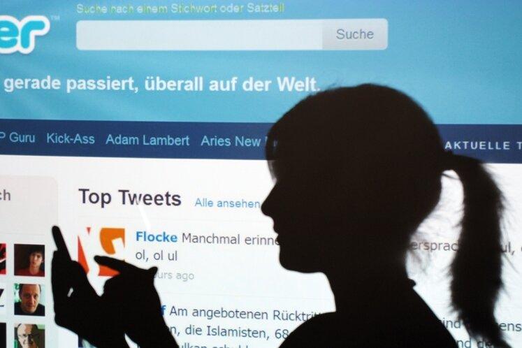 Jugendliche abzuholen, wo sie sich aufhalten - im Internet bei Facebook, Twitter und Co. - ist noch nicht für alle Politiker selbstverständlich.