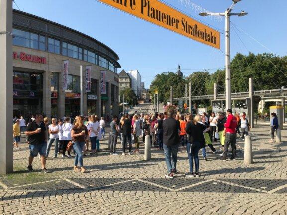 An Sammelpunkten im Plauener Stadtzentrum hielten sich nach der Evakuierung vorübergehend Besucher und Personal auf. Nach neun Minuten war die Übung beendet.