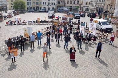 Rund 15 Hoteliers und Gastronomen aus dem Vogtland haben sich freitags auf dem Plauener Altmarkt mit einer Protestaktion für die Wiedereröffnung der Gaststätten starkgemacht.