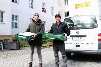 Andreas Kirsten (links) und Stefan Ihle liefern im ASB-Altenpflegeheim Rembrandtstraße Essenportionen an die Belegschaft aus.