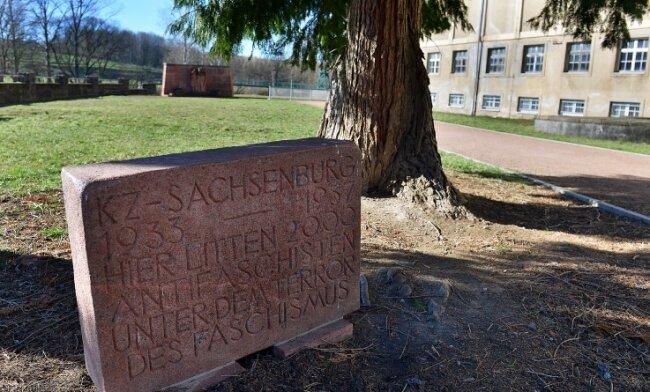 Der kleinere Gedenkstein im Gelände des ehemaligen KZ Sachsenburg war 2011 nach der Restaurierung wieder aufgestellt worden.