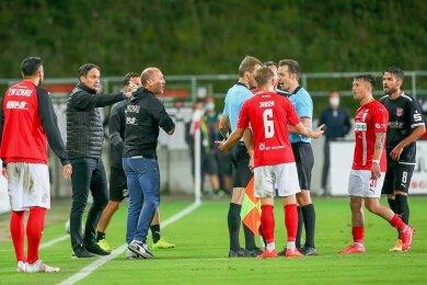 Hitzige Diskussionen in der Schlussphase: Halles Trainer Florian Schnorrenberg (Zweiter von links) und sein Kollege Joe Enochs.