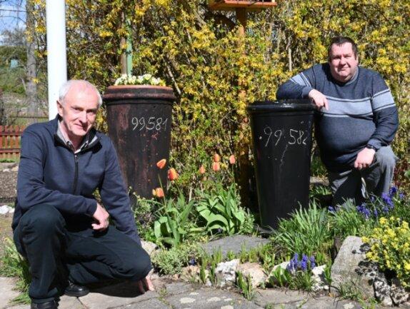 Beim Essen-Tausch: Ullrich Schmidt (links) hatte seit 1983 den Schornstein der 99581 in seinem Vorgarten. Dieser Umstand freute jetzt auch Matthias Büttner (rechts), den Bahnbetriebsleiter der Museumsbahn Schönheide.