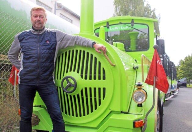 Unternehmer Mike Pickran mit der Silberstadtbahn bei ihrer Ankunft in Freiberg. Noch ist das Gefährt quietschgrün, über den Winter soll es einen neuen Farbanstrich erhalten.
