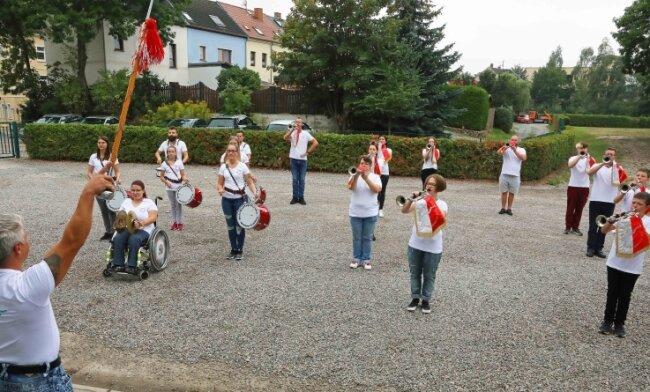 Die Mitglieder des Fanfarenzuges bereiten sich auf den Auftritt zum Altstadtfest in Kirchberg am 3. Oktober vor.